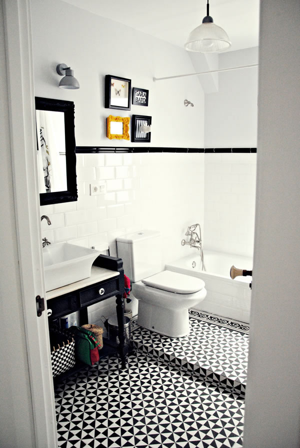 Baño blanco y negro / Black and white bathroom / Casa Haus
