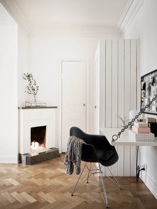 Tiny fireplace and office nook / Pequeño rincón de oficina en casa // Casa Haus