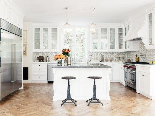 Gorgeous white kitchen with Moroccan inspired tile / Casa Haus Decoracion