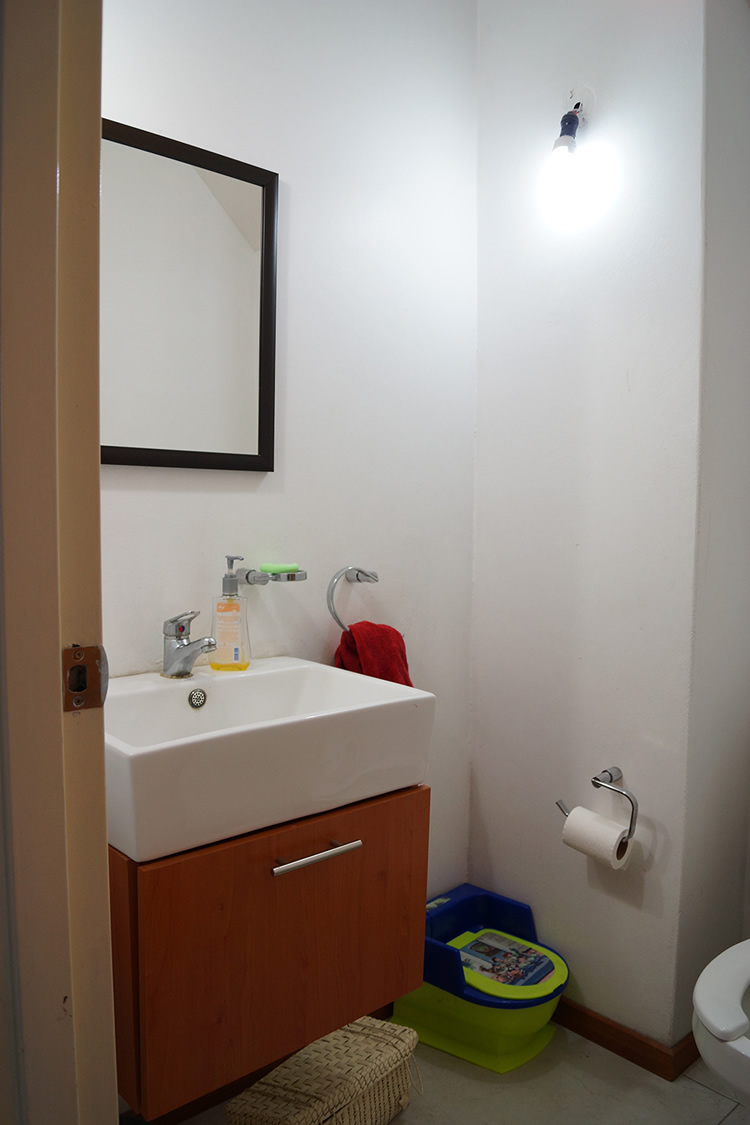 Before and after: Amazing tiny powder room makeover / Antes y después: Increíble transformación de un mini baño // casahaus.net