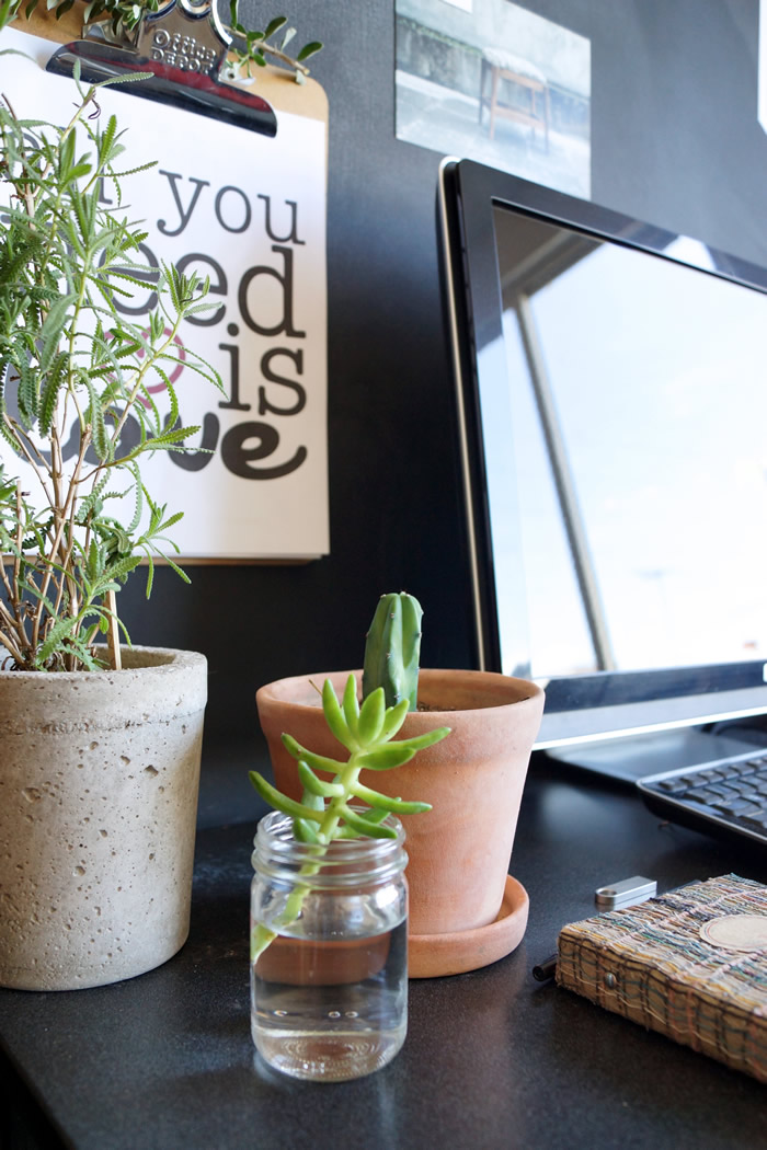 Nordic inspired office with plants / Nuestra oficina en casa / casahaus.net