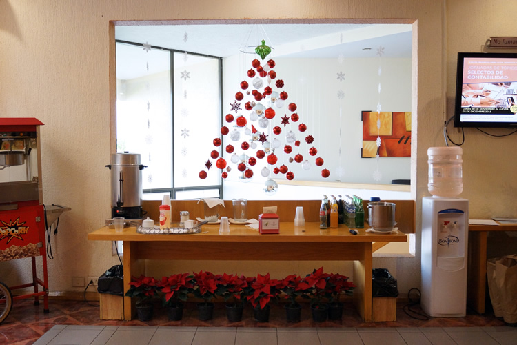 Christmas corporate offices decorating / Ideas para decorar oficinas en Navidad / casahaus.net