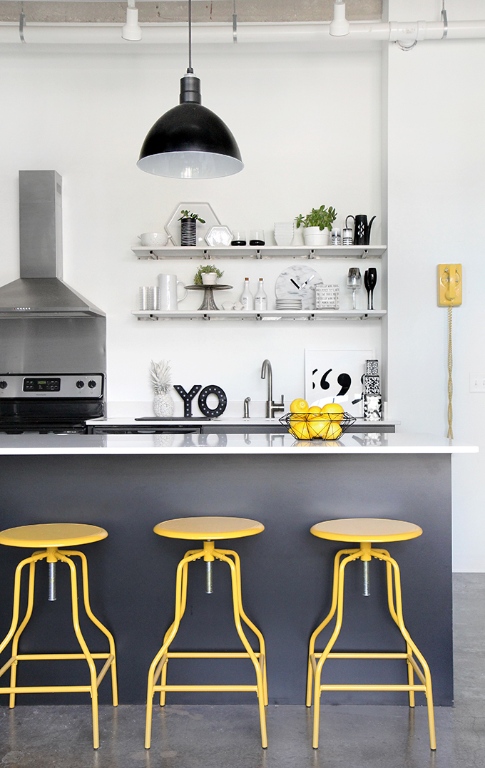 Happy, colorful apartment in black and white / Departamento alegre y moderno en blanco y negro // casahaus.net