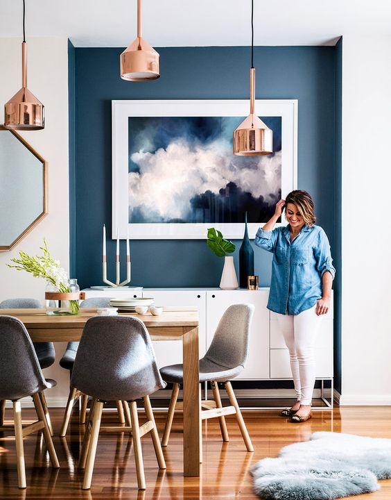 Navy blue wall in dining room / Comedor con pared en azul marino