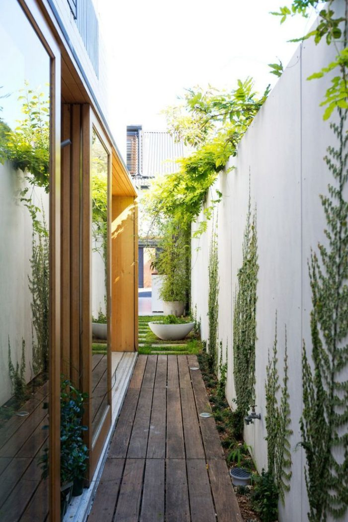 10 jardines laterales de revista casa haus decoraci n for Jardines pequenos pegados a la pared